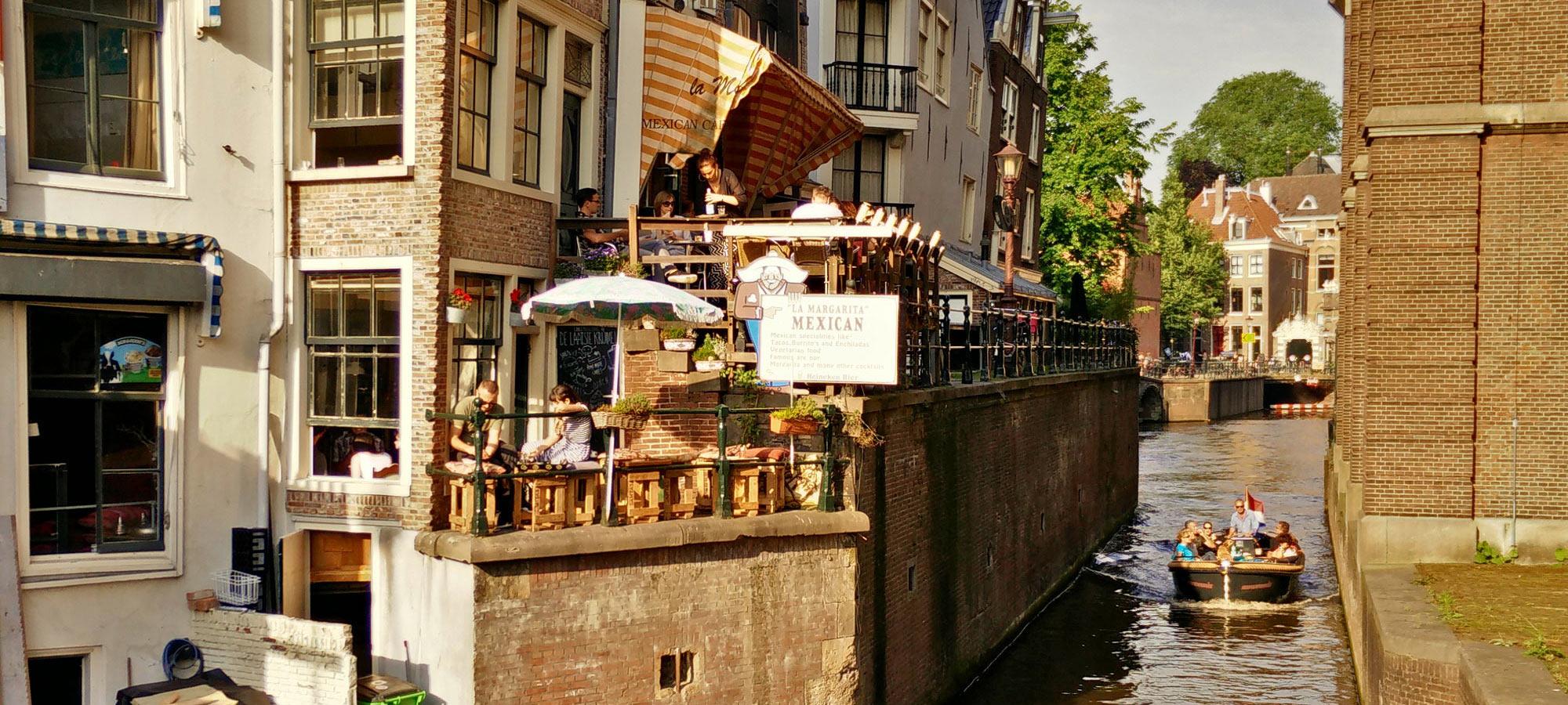 Balkon von De Laatste Kruimel und Gracht Grimburgwal mit Boot