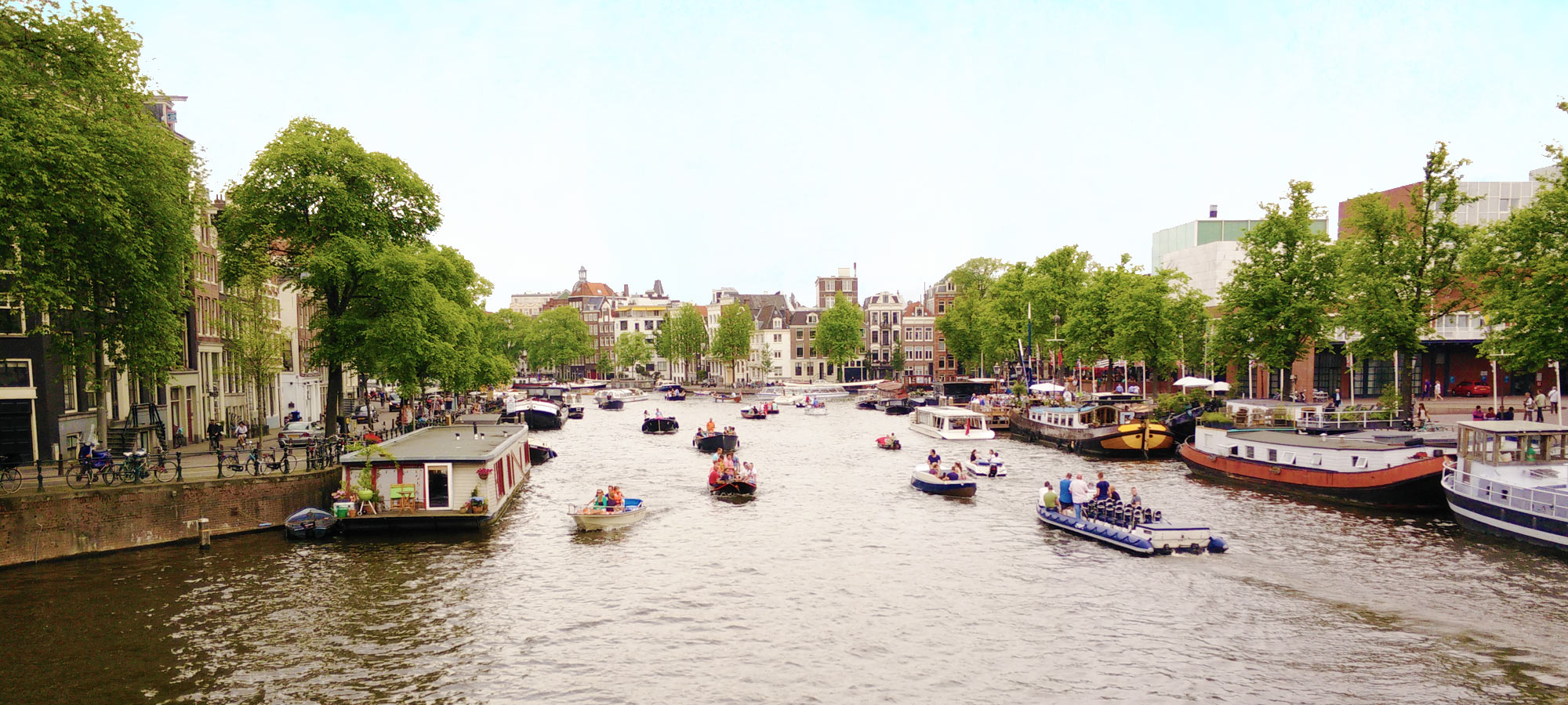breite Gracht mit Booten in Amsterdam