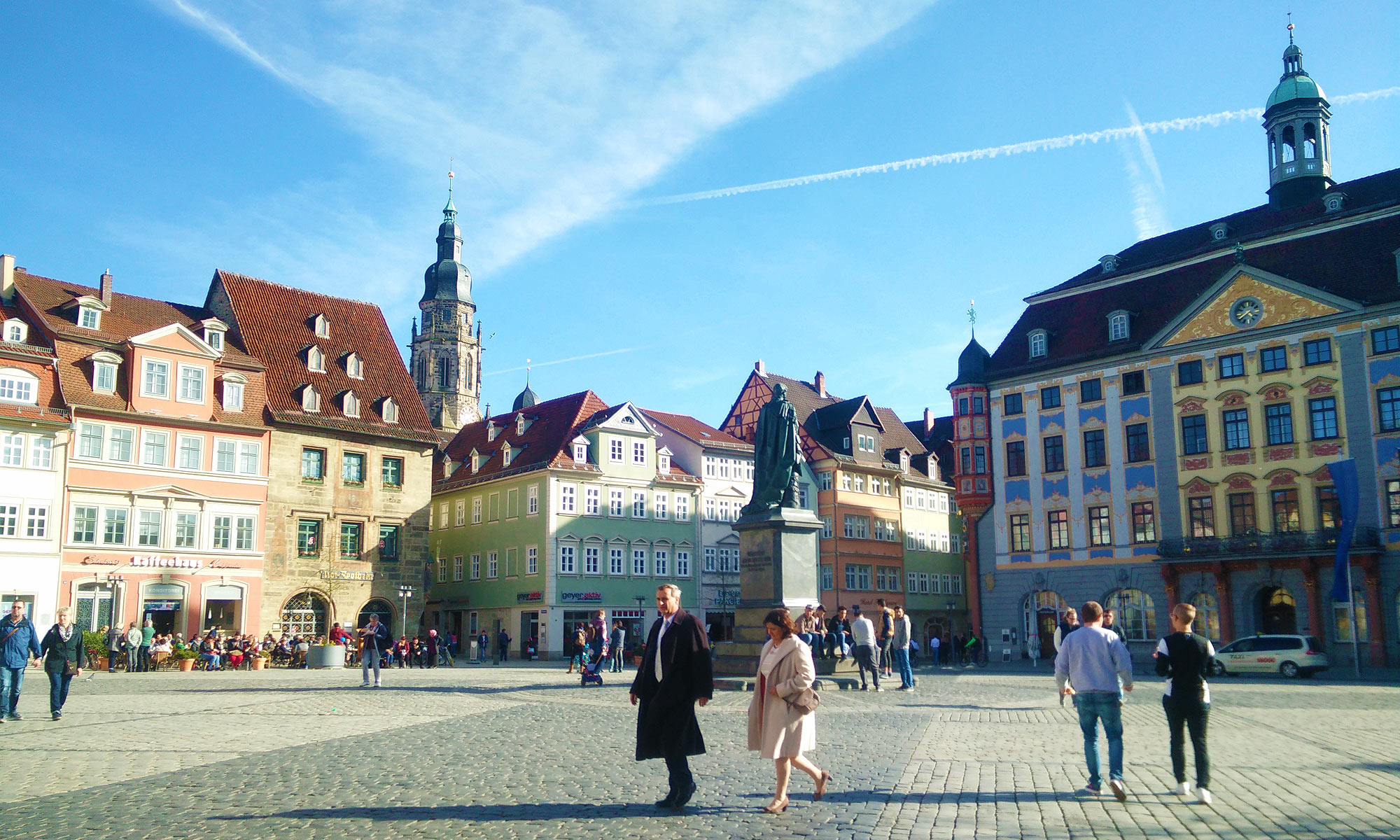 der Marktplatz von Coburg ist gesäumt vom Rathaus und Stadthaus; auf dem Platz steht ein Denkmal für Prinz Albert