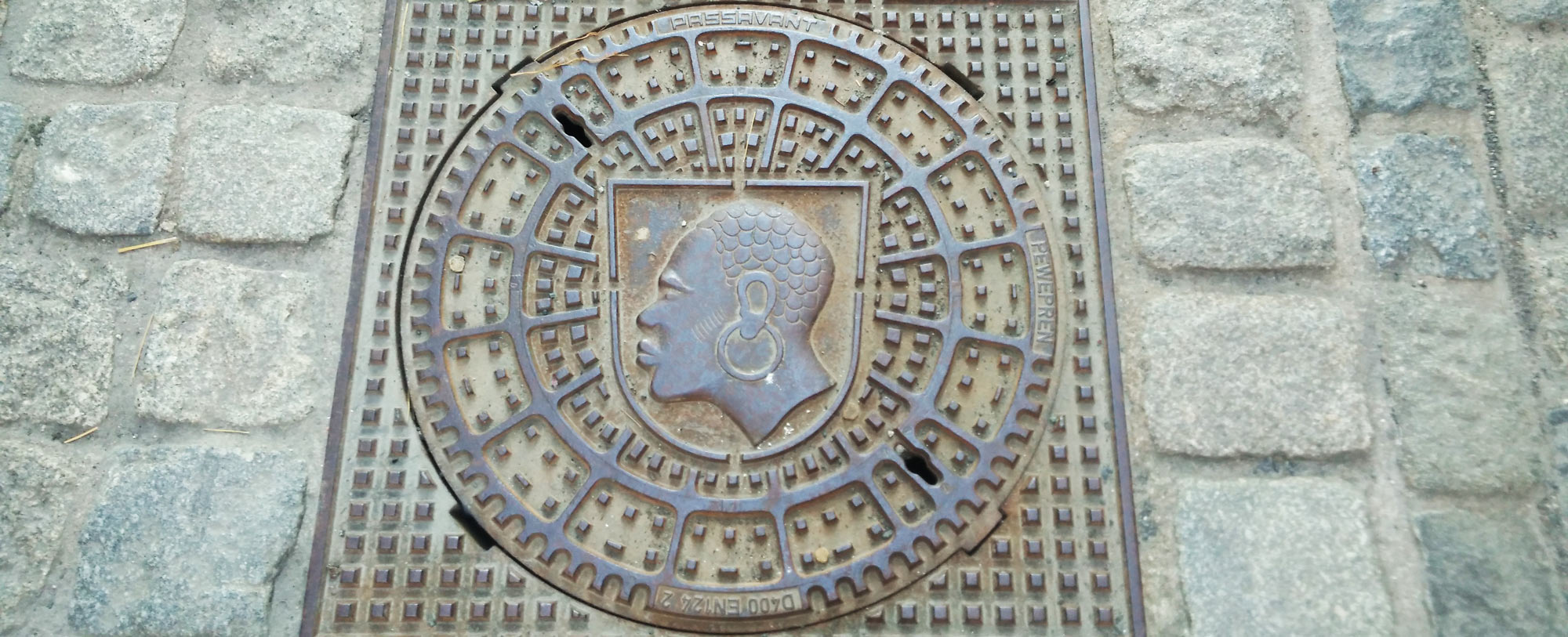 Gullydeckel mit Coburgs Schutzapatron, dem heiligen Mauritius; gully cover with Saint Maurice portrait as a blackamoor